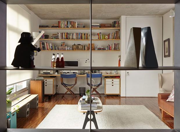 apartamento-arquitetos-flavia-torres-pedro-ivo-freire- sub-estudio-isabel-nassif-renata-pedrosa-estante (Foto: Tomás Cytrynowicz)