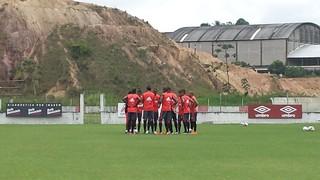 Jogadores do Flamengo reunidos durante treino no Recife (Foto: Raphael Zarko / GloboEsporte.com)