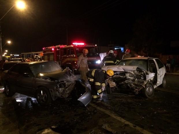 Carros colidiram frontalmente (Foto: Pedro Mesquita/G1)