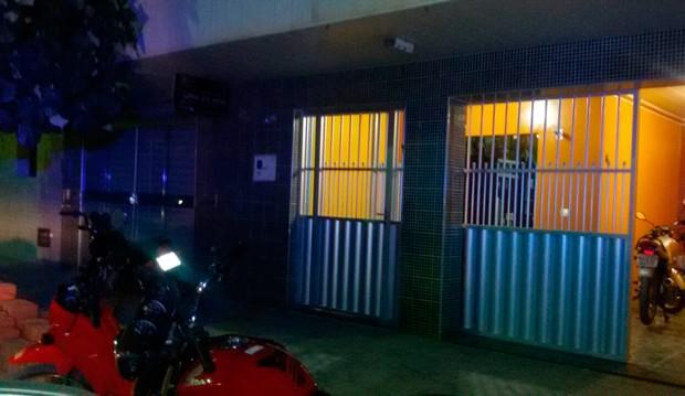 Casa do comerciante baleado fica ao lado da loja dele, onde aconteceu o assalto (Foto: Valber Moura/G1)