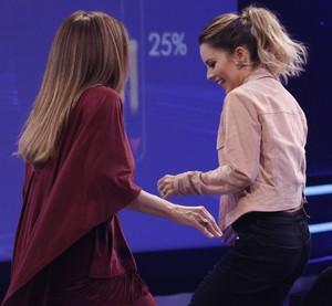 Quando a música empolga, Daniela Mercury e Sandy não disfaraçam e levantam para dançar (Foto: Raphael Dias/Gshow)