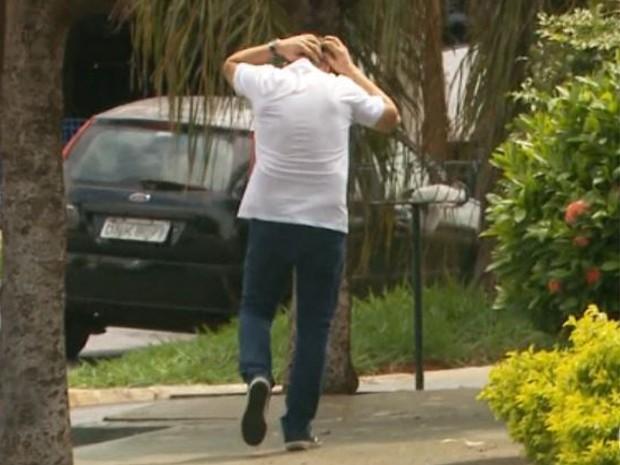 Pedestre é atacado por pássaro em Ribeirão Preto, SP (Foto: Alexandre Sá/EPTV)
