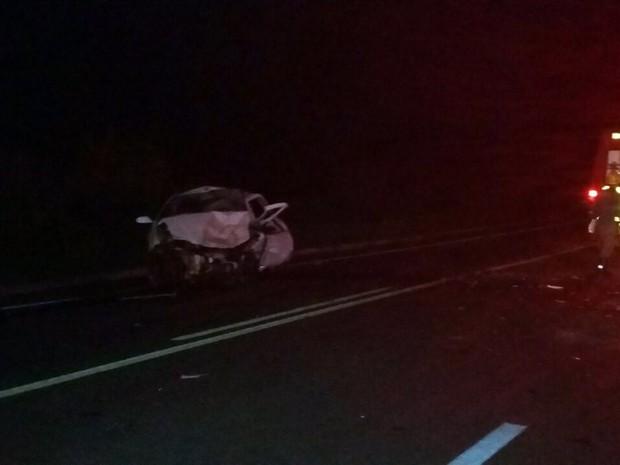 Dois carros bateram de frente na madrugada deste domingo (26) na BR-491, em Areado (MG), e duas pessoas morreram (Foto: Corpo de Bombeiros)