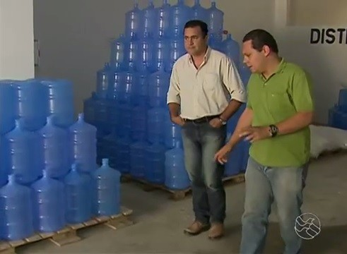 Franklin Portugal entrevista comerciantes (Foto: Reprodução / TV Asa Branca)