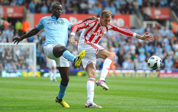 Balotelli, Peter Crouch,  Stoke City x Manchester City (Foto: Agência Getty Images)