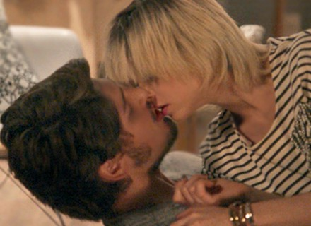 Teaser: Lu se rende aos encantos de Rafael e Carolina se entende com Arthur