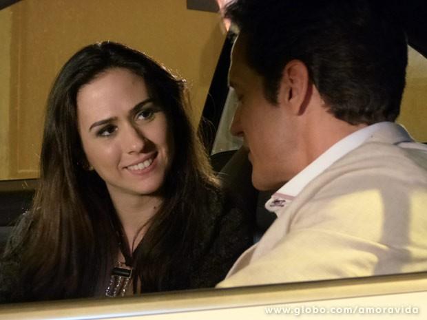 Valdirene parte para o ataque e consegue convite para morar com Ignácio (Foto: Amor à Vida/TV Globo)