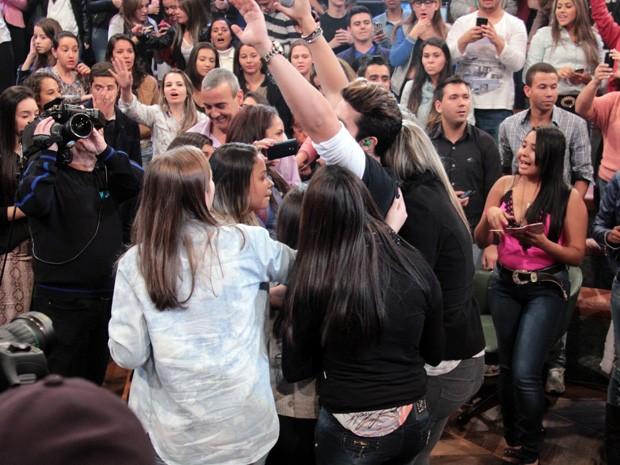 Luan Santana é rodeado por fãs durante musical no Altas Horas (Foto: TV Globo/Altas Horas)