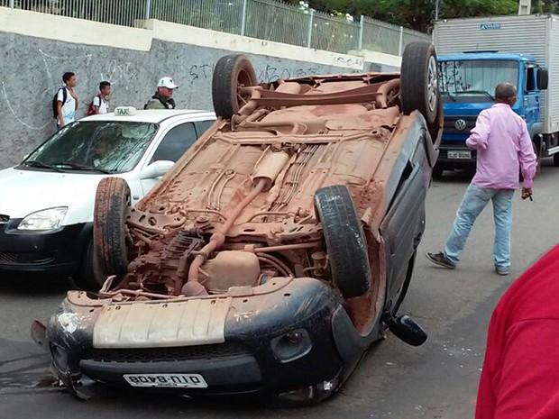 Motorista bateu em uma árvore e acabou tombando bem no meio da Avenida São Marçal em São Luís (Foto: Nelson Melo)