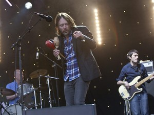 A banda Radiohead fez um show surpresa nesta sexta-feira (24) no megafestival Glastonbury, apresentando faixas do novo álbum, 'King of limbs' (Foto: Joel Ryan/AP)