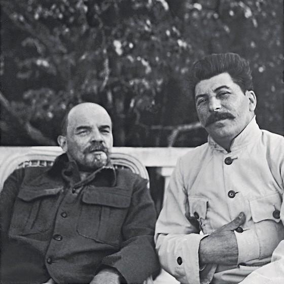 Lênin e Stálin numa foto de 1922.Para Kotkin,o texto de Lênin,escrito no leito de morte com críticas a Stálin é falso (Foto: Divulgação)