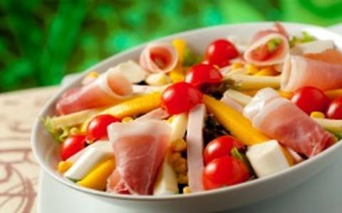 Salada romana: manga, presunto cru, palmito e peito de peru