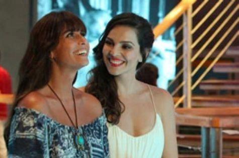 Giovanna Antonelli e Tainá Müller em cena de 'Em família' (Foto: Divulgação/TV Globo)