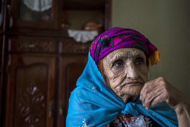 Djena Benzahra, 74, foi forçada a se tatuar pela mãe, para que ficasse parecida com as outras garotas (Foto: Zohra Bensemra/Reuters)