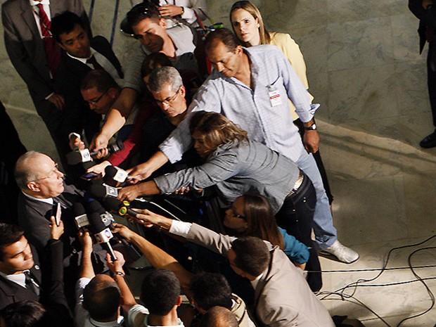 Jornalistas cercam ministro de Celso de Mello após sessão do Supremo; ele vai decidir se o tribunal aceitará os embargos infringentes (Foto: Nelson Jr. / STF)