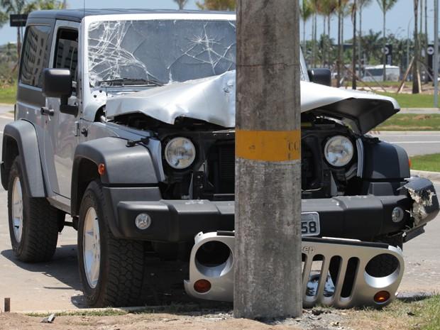 Carro fica destruído após acidente (Foto: Artur Meninea/ Gshow)