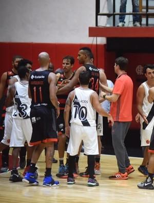 Flamengo x Vasco - 1º jogo da final do Estadual do Rio basquete - confusão (Foto: André Durão)