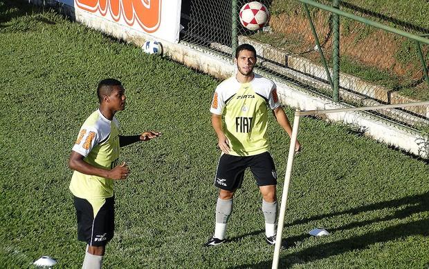 Romão e Júnior Timbó, do América-MG (Foto: Leonardo Simonini / Globoesporte.com)