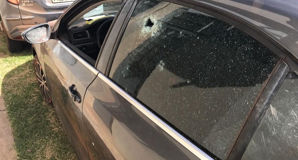 Carro ficou com várias marcas de tiros (Foto: Fernanda Sampaio / TV TEM )