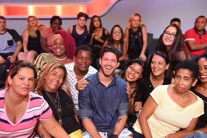 Luiz Felipe posa com a plateia no dia de sua eliminação (Foto: TV Globo)