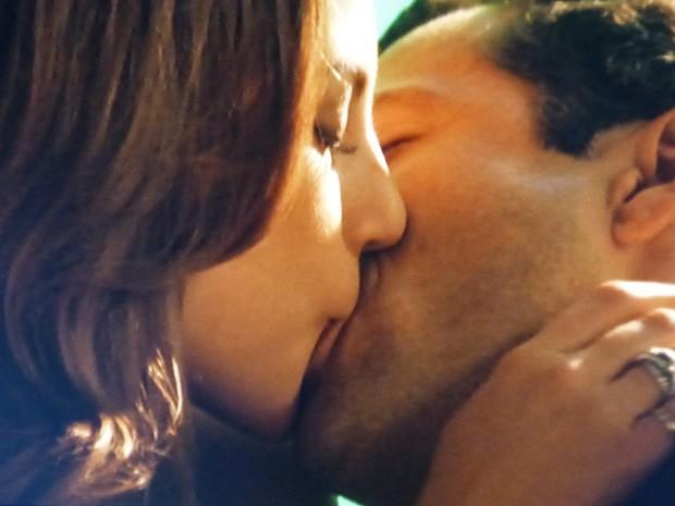 Bruno e Paloma se beijam (Foto: Amor à Vida / TV Globo)