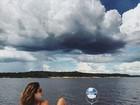 Isis Valverde posa em proa de barco durante passeio pela Amazônia