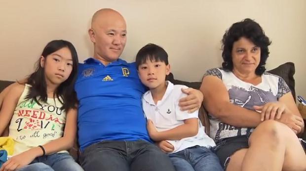 Kenji e a família, preparando-se para a despedida (Foto: Reprodução/RPC)