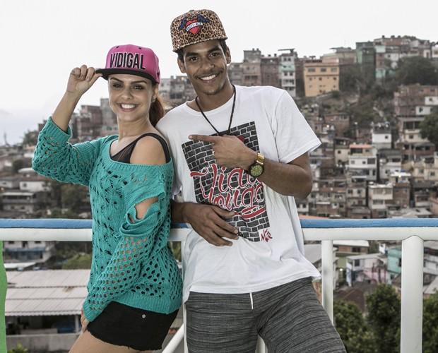 Paloma e Marcello posam para foto com o visual incrível de plano de fundo (Foto: Inácio Moraes / TV Globo)