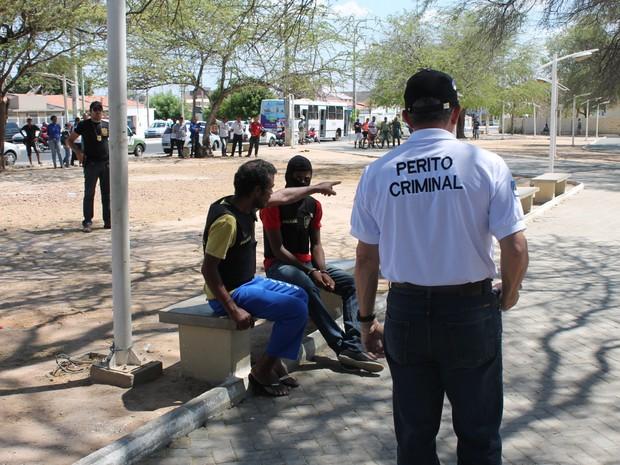 Emvolvidos na morte de Pedro Wallysson participam de reconstituição (Foto: Amanda Franco/G1)