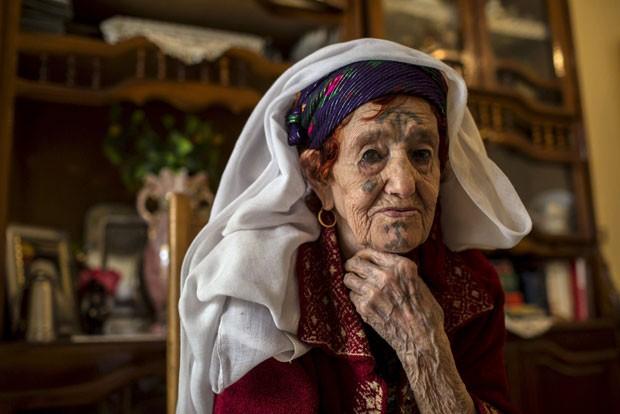 Fatma Badredine se lembra da dor terrível que sentiu (Foto: Zohra Bensemra/Reuters)