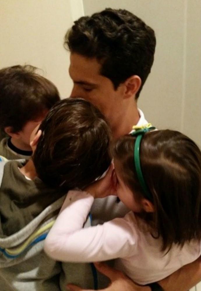 Hernanes ganha abraço dos filhos antes da reapresentação à seleção brasileira