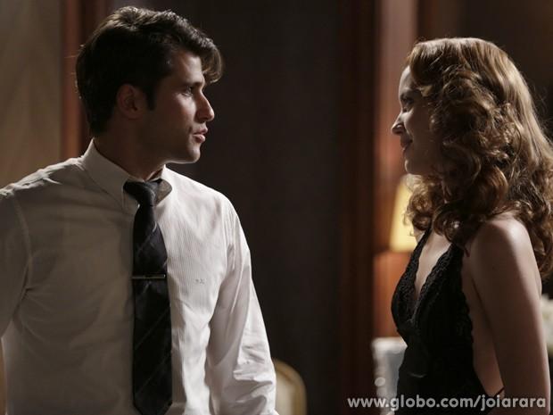 Sílvia tenta seduzir Franz, que não reage bem (Foto: Fábio Rocha/TV Globo)