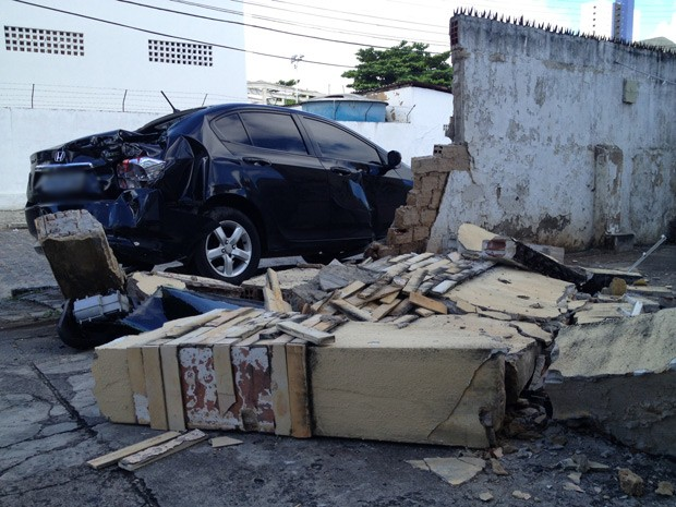 Carro que vítima conduzia ficou desgovernado e derrubou parte de um muro  (Foto: Walter Paparazzo/G1)