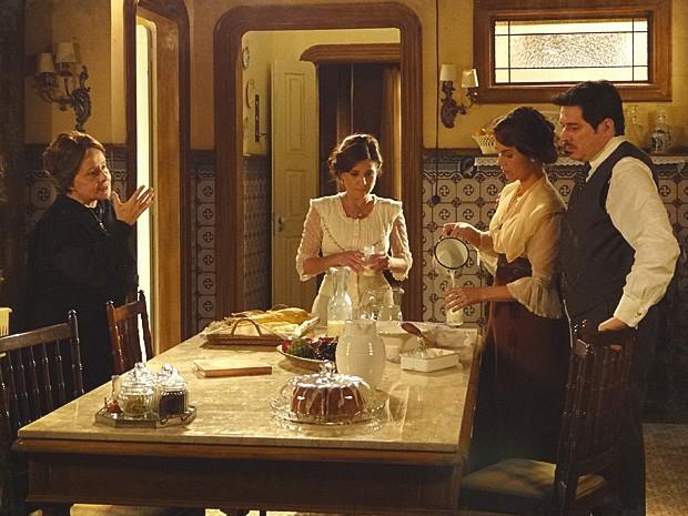 Teresa tenta se controlar para não brigar com a sogra (Foto: Lado a Lado / TV Globo)
