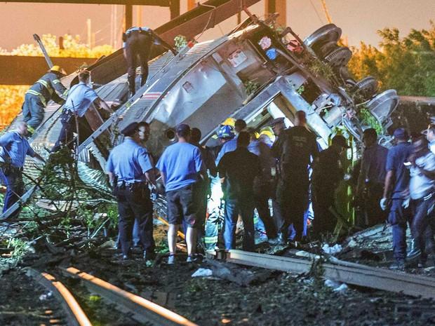 Equipes procuram por sobreviventes em trem da Amtrack. (Foto: Bryan Woolston / Reuters)