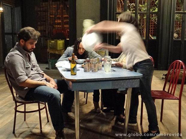 Paulinha se irrita e vira o prato na cara da megera (Foto: Amor à Vida/ TV Globo)