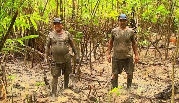 Equipe do programa acompanha o trabalho dos caranguejeiros (Foto: Reprodução/EPTV)
