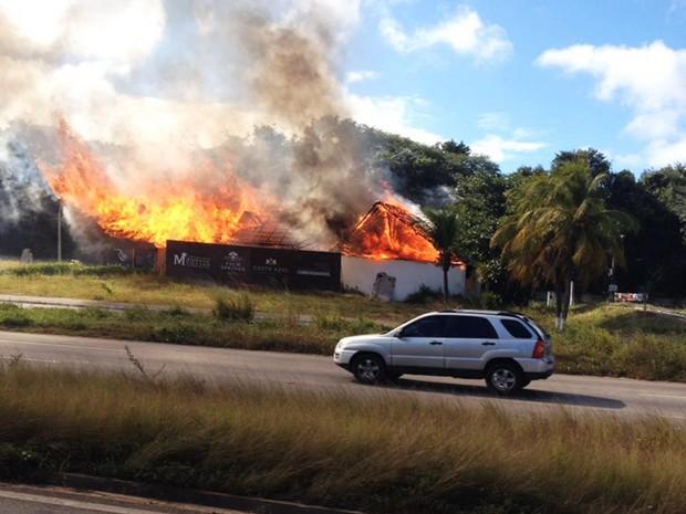 Estande de vendas foi incendiado às margens  (Foto: PM/Divulgação)