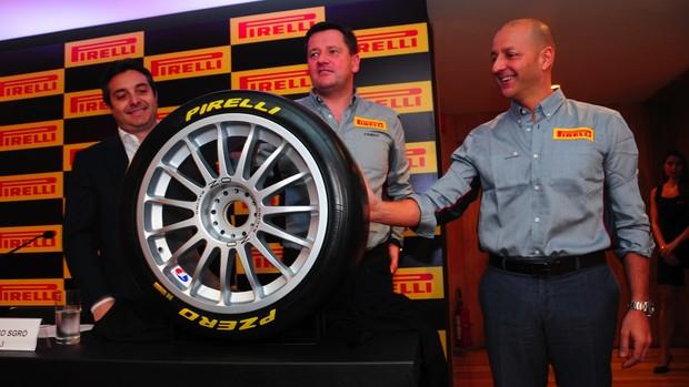 Os diretores da Stock Car e da Pirelli durante asinatura do acordo de fornecimento de pneus (Foto: Duda Bairros / Stock Car)