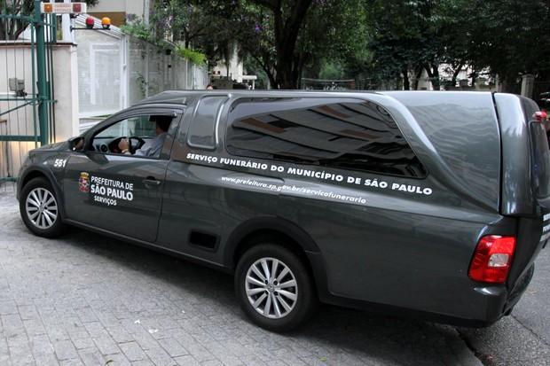 Corpo do apresentador Antônio Abujamra deixa apartamento  (Foto: Paduardo / AgNews)