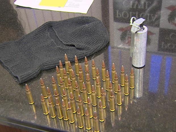 Munições de fuzil, bomba e touca apreendidos pela Polícia Civil em São José dos Campos. (Foto: Reprodução/TV Vanguarda)