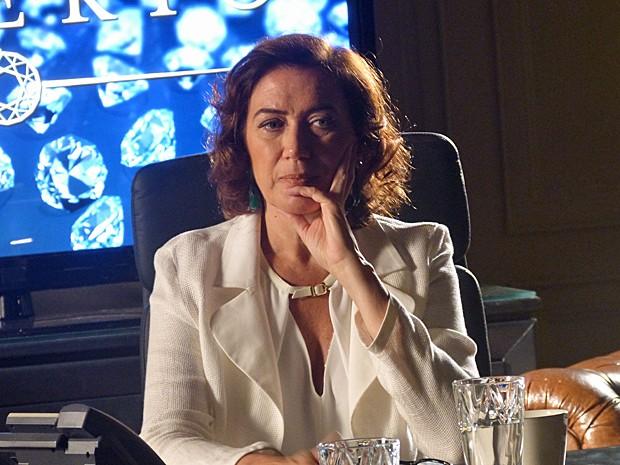 Marta fica desconfiada após conversa com mordomo (Foto: Gshow)