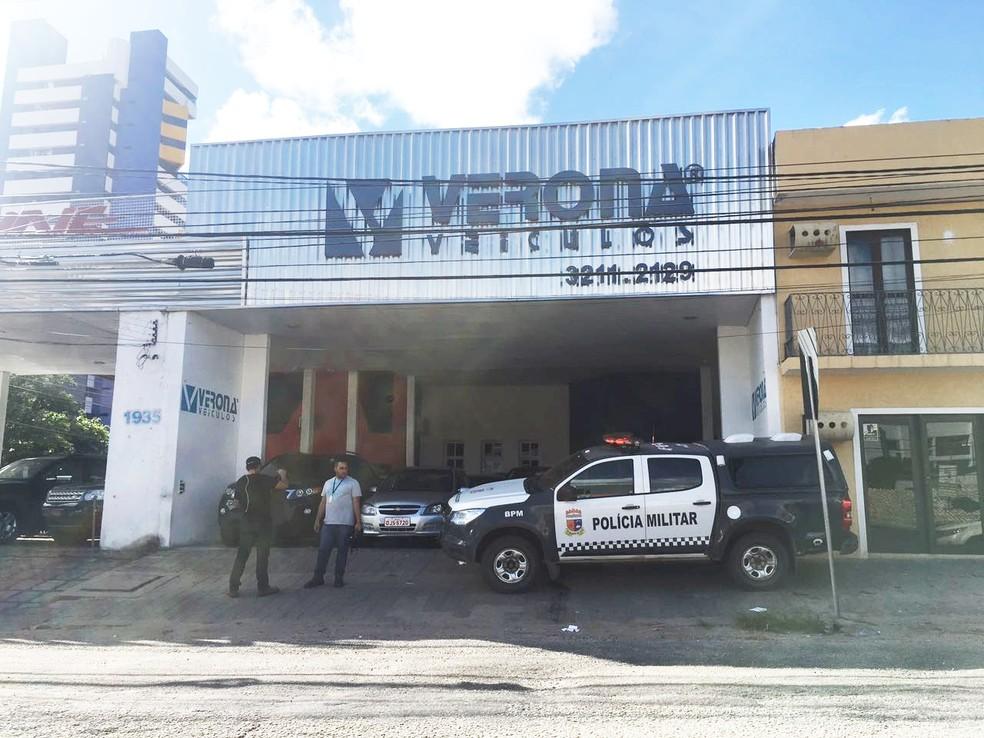 Policiais militares também cumpriram mandados em uma loja de venda de carros na Av. Prudente de Morais (Foto: Fred Carvalho/G1)