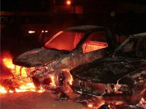Veículos foram incendiados em Tanque Novo (Foto: Anderson Oliveira / Blog do Anderson)