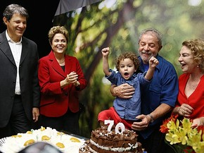 A presidente Dilma Rousseff participa da festa de aniversário do ex-presidente Lula ao lado do prefeito de São Paulo, Fernando Haddad, Dona Marisa e do neto do petista (Foto: Ricardo Stuckert/Instituto Lula)
