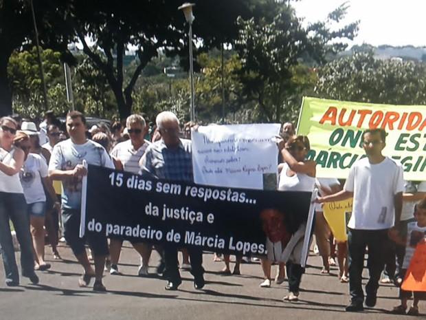 Amigos e familiares de professoras caminham em protesto pelo Parque da Cidade (Foto: TV Globo/ Reprodução)
