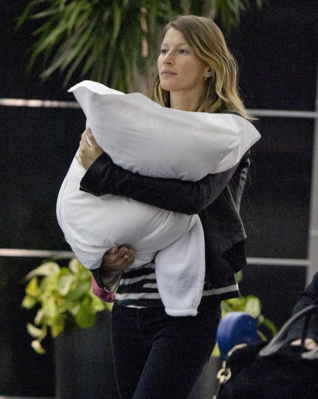 Gisele Bündchen e a filha, Vivian, em Nova York, nos Estados Unidos (Foto: Splash News/ Agência)
