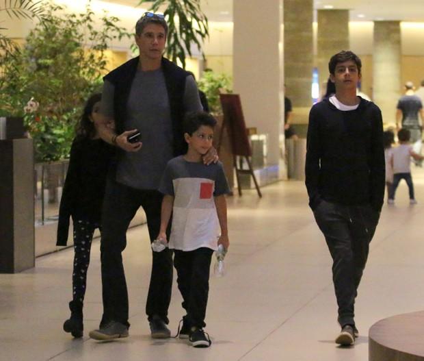 Márcio Garcia e os três filhos (Foto: Fabio Moreno/AgNews)