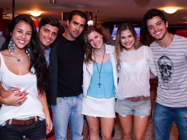 Yanna Lavigne, BrunoGissoni, Kaka Santana, Alice Wegmann, Jessika Alves e Rodrigo Simas em barno Rio (Foto: Raphael Mesquita/ Divulgação)
