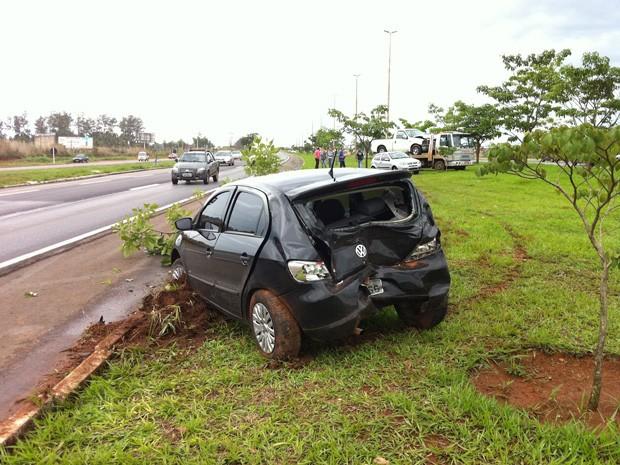 Três carros foram parar em cima do canteiro central da BR-020, após batida (Foto: Káthia Mello/G1)